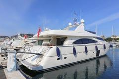 Yachten verankert im Hafen Pierre Canto in Cannes Lizenzfreies Stockbild