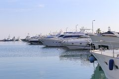 Yachten verankert im Hafen Pierre Canto in Cannes Stockbild