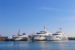 Yachten verankert im Hafen Pierre Canto in Cannes Stockfoto