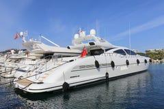 Yachten verankert im Hafen Pierre Canto in Cannes Lizenzfreie Stockfotos