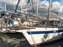 Yachten verankert am Yachthafen von Lefkas-Stadt Lizenzfreie Stockfotos