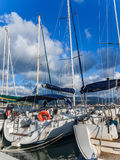 Yachten verankert am Yachthafen von Lefkas-Stadt Stockfotos