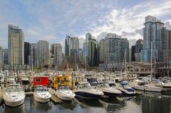 Yachten vor wohlhabenden Wohnwohnungen Lizenzfreie Stockfotos