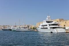 Yachter ankrar på den gamla hamnen i La Valletta Royaltyfri Bild