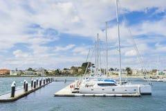 Yachter eller motorbåtar, i att sväva marina i Melbourne Royaltyfri Fotografi