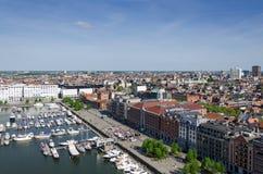 Yachter förtöjde i den Willem Dock och Antwerp staden Arkivbilder