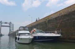 Yachter förtöjde sidan - förbi - sid i St. Lambert Lock Royaltyfri Foto