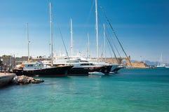 Yachter i en hamn. Grekland Rhodes. Arkivfoto