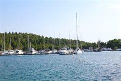 Yachter i marina i bakgrunden av bergen Royaltyfri Foto