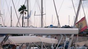 Yachter i marina på Gran Canaria under guld- timme i aftonen lager videofilmer