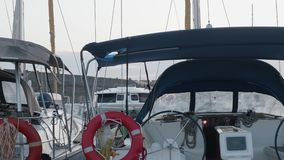Yachter i marina på Gran Canaria under guld- timme i aftonen stock video