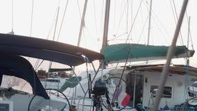 Yachter i marina på Gran Canaria under guld- timme i aftonen arkivfilmer