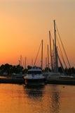 Yachter i marina på solnedgången Royaltyfri Bild