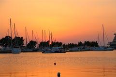 Yachter i marina på solnedgången Royaltyfria Foton