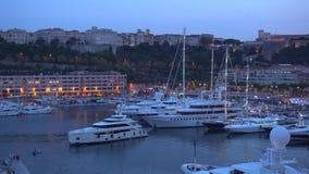 Yachter i Monaco och nattljus lager videofilmer