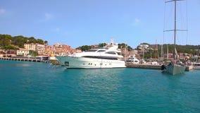 Yachter i Port de Soller, Mallorca ö, Spanien stock video