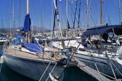Yachter i porten Agios Nikolaos Crete Greece 17th Juli 2014 Arkivbild