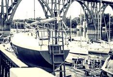 Yachter i retro stil på kusten väntar på att segla ashore arkivbild