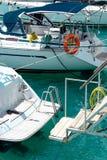Yachter med seglar på begreppet för infrastruktur för hyttportlättheter Arkivfoton