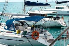 Yachter med seglar på begreppet för infrastruktur för hyttportlättheter Arkivbild