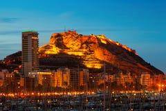 Yachter mot slott i natt Alicante Royaltyfri Bild