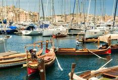 Yachter och fartyg nära Valletta lägger in i Malta Arkivbild