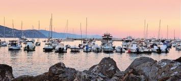 Yachter och fartyg på aftonport av Santa Margherita, Liguria Arkivbild