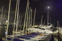 Yachter och fartyg som parkeras i marina på natten, Israel Arkivfoton