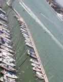 Yachter och motoriska fartyg förtöjde i den prestigefulla turist- hamnen Arkivfoton