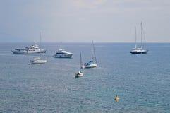 Yachter och segelbåtar i fjärden av den Korfu staden Arkivfoto