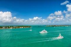 Yachter och segelbåtar i turkoshavet i Key West, USA Seascape med öar och fartyg på molnig blå himmel Segling och segling Royaltyfri Foto