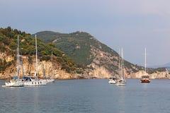 Yachter och segelbåtar på havet Parga Grekland Arkivbild