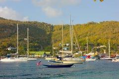 Yachter på en populär ankring i det karibiskt royaltyfria foton