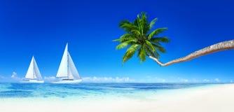 Yachter på en tropisk strand arkivbilder