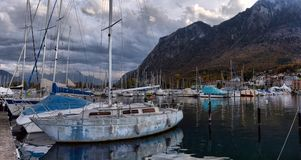 Yachter på höstparkeringsplats på sjöGenève Arkivfoton