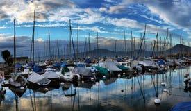 Yachter på höstparkeringsplats på sjöGenève Arkivbild