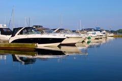 Yachter på marina Royaltyfri Foto