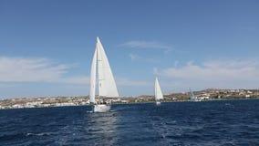 Yachter på seglingregatta i vinden till och med vågorna på havet arkivfilmer