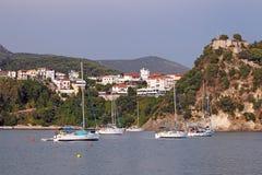 Yachter seglar nära en fästning på en kulle Parga Royaltyfria Foton
