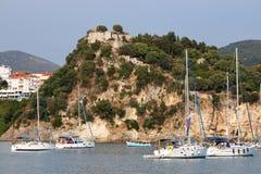 Yachter seglar nära en fästning på en kulle Parga Grekland Arkivbild