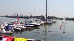 Yachter without seglar på hamnplatsen i stavanger Fartyg och yachter i port arkivfilmer