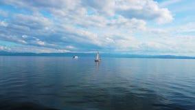 Yachter seglar på sjön stock video