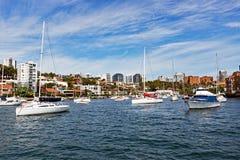 Yachter som ankras i den neutrala fjärden, Sydney, Australien Arkivfoto