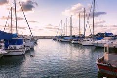 Yachter som anslutas i marina, härlig rosa solnedgång royaltyfri foto