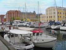 Yachter som svävar i en kanal i Köpenhamn Arkivfoto