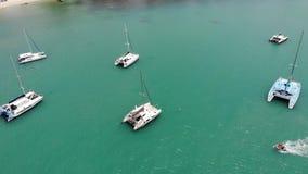 Yachter som svävar i lugna fjärd Många lyxiga segelbåtar som svävar på stillsamt vatten i fjärd av turkoshavet Koh Samui lager videofilmer