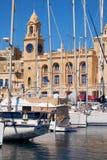 Yachterna förtöjde i hamnen framme av Malta maritima Museu Royaltyfria Foton