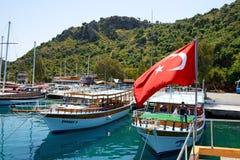 Yachterna i hamn på turkisk semesterort Arkivfoto