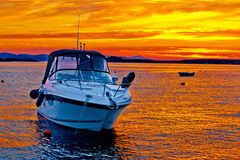 Yachtfartyg på guld- solnedgång arkivfoton
