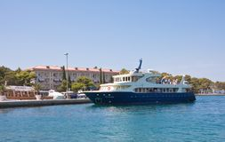 Touristisches Schiff am Pier. Großes Brijuni. Kroatien Stockfotografie